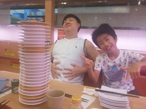 Later they went to a kaiten zushi restaurant.